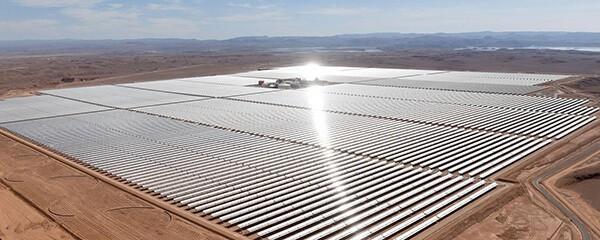 Cánh đồng năng lượng mặt trời khổng lồ trên sa mạc
