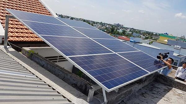 Việc lắp đặt hệ thống điện mặt trời hòa lưới không chỉ giúp tiết kiệm tiền điện mà các hộ dân còn có thể bán cho điện lực nếu lượng điện dư thừa