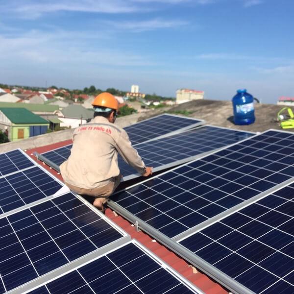 Lắp đặt pin năng lượng mặt trời tạo ra nguồn điện sử dụng ổn định, góp phần giảm thiểu nguy cơ ô nhiễm môi trường