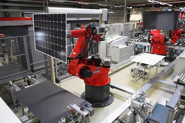 Trong quá trình sản xuất pin mặt trời, một lượng khí thải CO2 thải ra do silicon được nung và tinh chế trong các lò đốt bằng điện có nhiệt độ lên tới hàng nghìn độ C